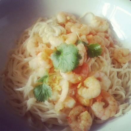 Un plat non végétarien: pâtes aux grandes crevettes, piment et gingembre